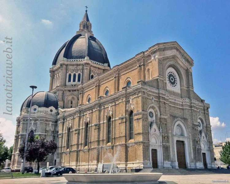 Duomo, oltraggio allo stemma vescovile