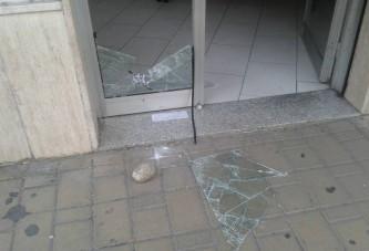 Foto | Cerignola, frantumata con una pietra la vetrata di un centro medico associato